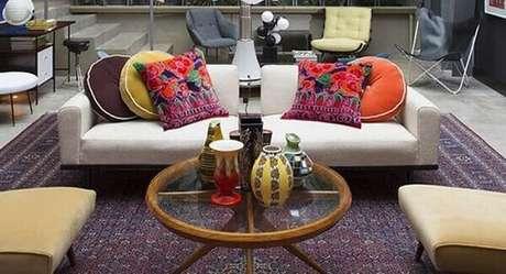 36- O tapete persa pode neutralizar a decoração extremamente colorida de um ambiente. Fonte: Decoração Adoro Decorar