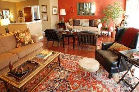 63- A parede vermelha combina com o fundo do tapete persa. Fonte: Informe 10