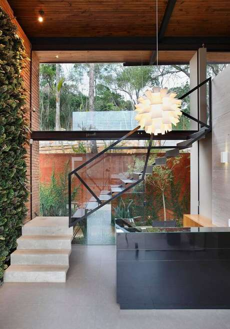 5. O guarda corpo de vidro pode ser usado em diversos estilos de decoração – Foto: ArchDaily