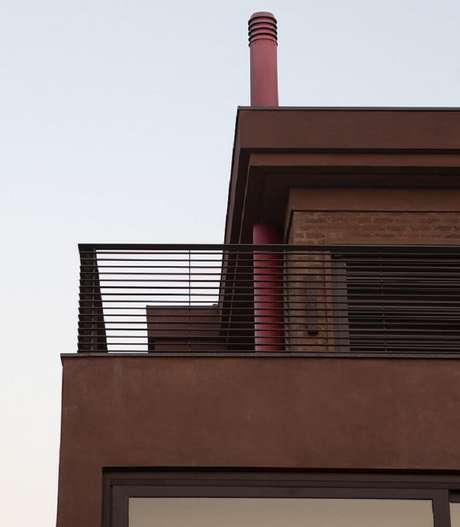 83. Sobrado com varanda e modelo simples de guarda-corpo de ferro – Foto: Clarissa Strauss