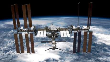 A Estação Espacial Internacional orbita a cerca de 400 km de altura