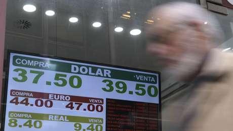Casa de câmbio na Argentina em 3 de setembro; peso teve a maior desvalorização de todas as moedas globais perante o dólar
