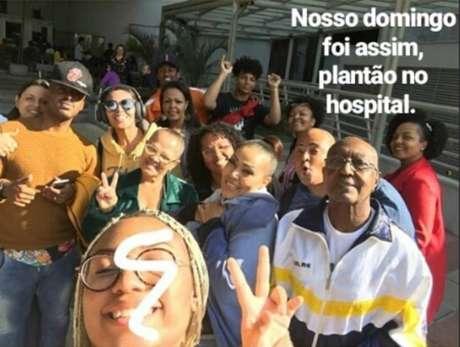 Familiares de Deise, do Fat Family, a visitam no hospital.