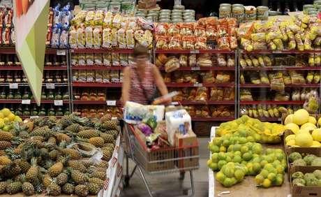 Consumidora faz compras em mercado em São Paulo 11/01/2017  REUTERS/Paulo Whitaker