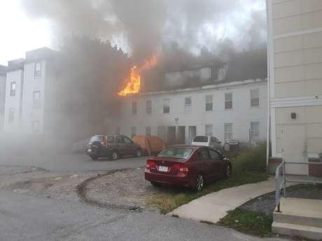 Edifício em chamas em Lawrence, perto de Boston, após explosão de gás 13/09/2018 Boston Sparks/Mídias Sociais/Reuters