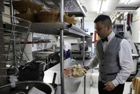 Garçom de restaurante no Rio de Janeiro 14/10/2013 REUTERS/Sergio Moraes