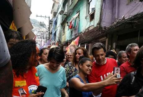 Fernando Haddad durante ato de campanha na Rocinha 14/09/2018 REUTERS/Pilar Olivares