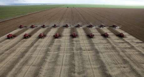 Colheita de soja em Tangará da Serra, Cuiaba, Brasil 27/03/2012 REUTERS/Paulo Whitaker