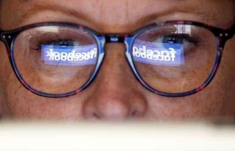 Logotipo do Facebook é refletido nos óculos de uma mulher.03/06/2018  REUTERS/Regis Duvignau