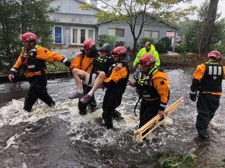 Equipes de resgate trabalham após passagem de furacão Florence em River Bend, Carolina do Norte 14/9/2018 REUTERS