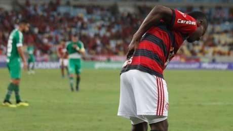 Momento em que Marlos sofreu pancada na última rodada do Brasileirão (Foto: Diego Maranhao/Photopress)