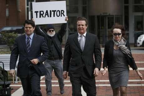 Paul Manafort (centro) é alvo de protesto antes de audiência nos EUA