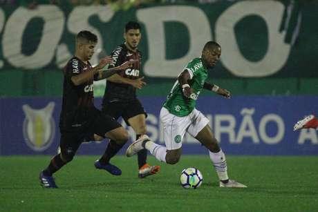 Victor Andrade (d), da Chapecoense, disputa lance com Bruno Guimarães, do Atlético Paranaense