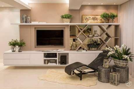 15- Projeto elegante de sala de televisão com móveis planejados