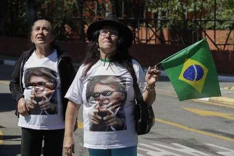Apoiadores com camisas de Bolsonaro em frente ao Hospital Albert Einstein, em São Paulo