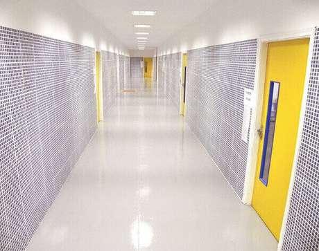 21- A parede de drywall no corredor de escola recebe diversos tipos de acabamentos e revestimentos. Fonte: Lilian Miliauskas