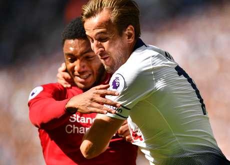 Harry Kane, do Tottenham, agarra Joe Gomez, do Liverpool, em disputa de bola na partida