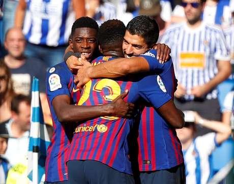 Luis Suárez celebra seu gol com companheiros