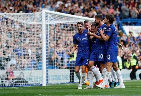 Jogadores do Chelsea comemoram o terceiro gol do time, marcado de pênalti por Hazard