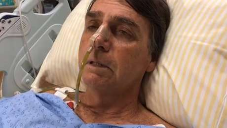 Do hospital, Bolsonaro fez tramissão ao vivo em rede social