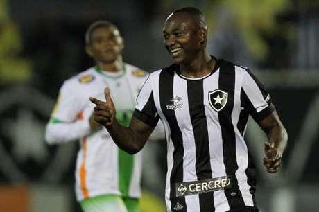 Sassá foi o artilheiro da noite daquele jogo em Volta Redonda (Foto  Vitor  Silva 6c759a62d79e8
