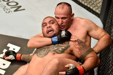 Alexey Oleynik alcançou a 45ª vitória por finalização da sua carreira contra Mark Hunt (Foto: Getty Images/UFC)