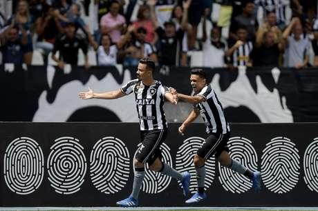 Rodrigo Lindoso, jogador do Botafogo-RJ, comemora seu gol durante partida contra o América-MG, válida pela vigésima quinta rodada do Campeonato Brasileiro 2018.