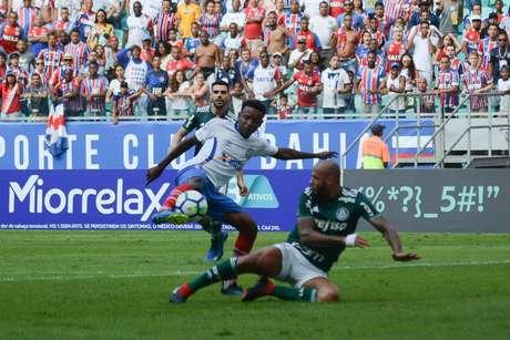 Felipe Melo disputa a bola durante o jogo contra o Bahia