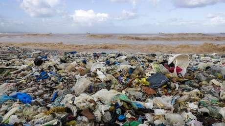 O lixo plástico flutua pelos oceanos, ameaça a vida marinha e polui cada vez mais as praias