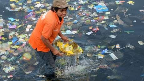 A escassez de sistemas formais de gestão de resíduos aumenta a quantidade de plástico que entra no oceano