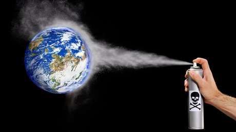 As moléculas de clorofluorcarboneto sobem para a atmosfera, onde se dissolvem e atacam a camada de ozônio
