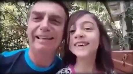 Jair Bolsonaro e sua filha em vídeo da campanha