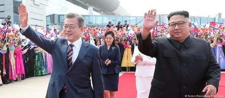 Moon Jae-in (esq.) é recebido por Kim Jong-un no aeroporto de Pyongyang