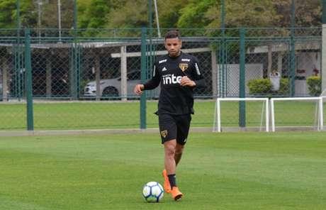Bruno Peres foi o único jogador no gramado nesta terça-feira - FOTO: Felipe Espindola/São Paulo FC