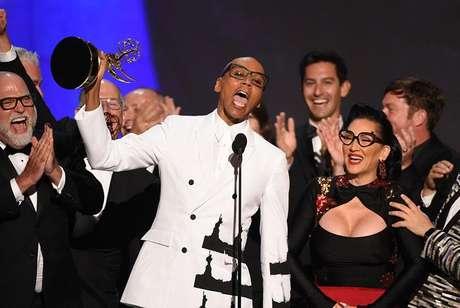 Descaracterizado, RuPaul subiu ao palco com sua equipe para receber o prêmio de Melhor Reality Show de Competição por 'RuPaul's Drag Race'