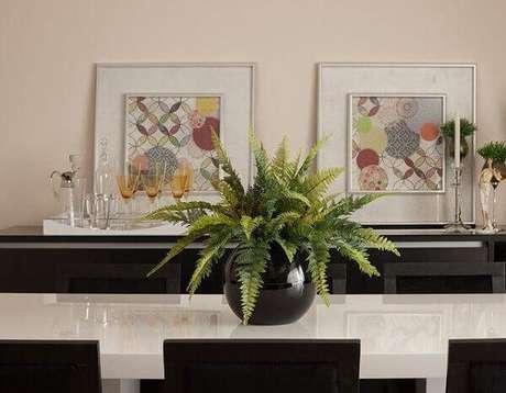 4- Samambaia plantada em vaso decora a mesa da sala de jantar. Fonte: Sandra Sanches