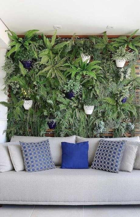 18- O jardim vertical utiliza samambaia para decorar varanda de apartamento.