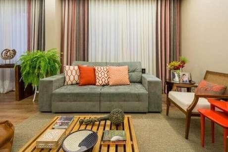19- A samambaia no suporte de chão decora a lateral do sofá. Fonte: Jornal O Tempo