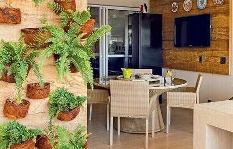 26- O jardim vertical é formado por vasos de fibra de coco com samambaia. Fonte: Brandani Decore