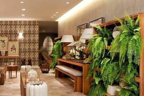 8- O painel com samambaia é destaque na ampla sala decorada. Fonte: Guararapes