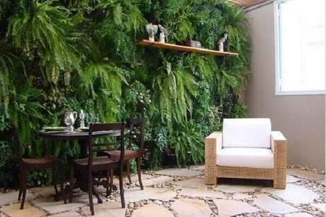 32- No jardim vertical da sala, a samambaia é a planta utilizada na sua composição. Fonte: Atelier clássico