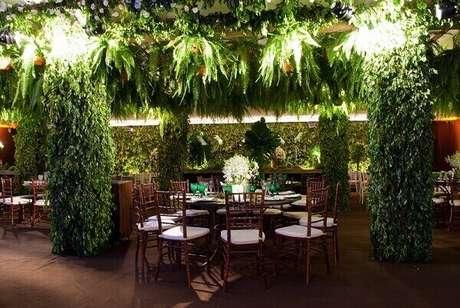 33- A samambaia é uma planta utilizada na decoração de eventos e espaços comerciais. Fonte: buildyour
