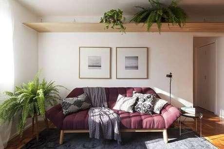 34- Na decoração do apartamento foi utilizado a samambaia sobre a prateleira alta e também ao lado do sofá. Fonte: Roofing Brooklyn