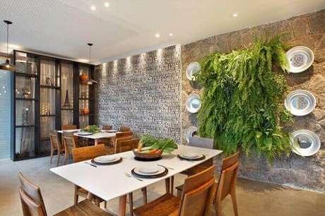 35- No centro da parede de pedra foi realizado um jardim vertical com samambaia. Fonte: Pinterest