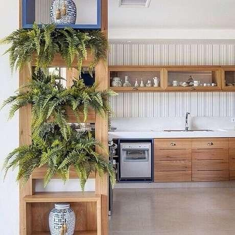 28- A divisória com nichos tem samambaias para separar os ambientes. Fonte: Pinterest