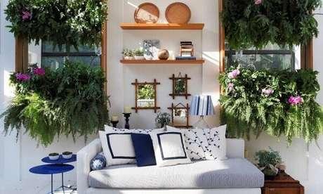 30- Os dois painéis de jardim vertical utilizam samambaia para decorar sala de estar. Fonte: Anna Luiza Rothier