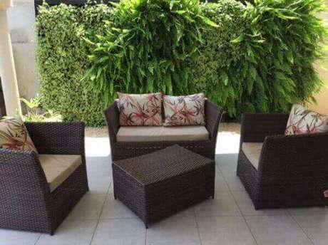 47- O jardim vertical da varanda é formado com vários tipos de samambaias. Fonte: Girodecor