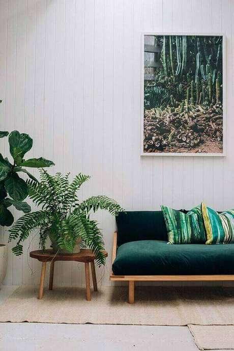 51- Ao lado do sofá, a samambaia foi colocada sobre uma banqueta para decorar a sala. Fonte: Pinterest
