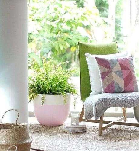 52- A samambaia é uma planta versátil que pode ser utilizada pendurada ou em vasos no chão. Fonte: themesidea