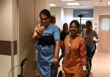 Bolsonaro brinca com o Dr. Macedoao sair da UTI do Hospital ALbert Einstein, após mais de uma semana dafacada que o deixou em estado grave